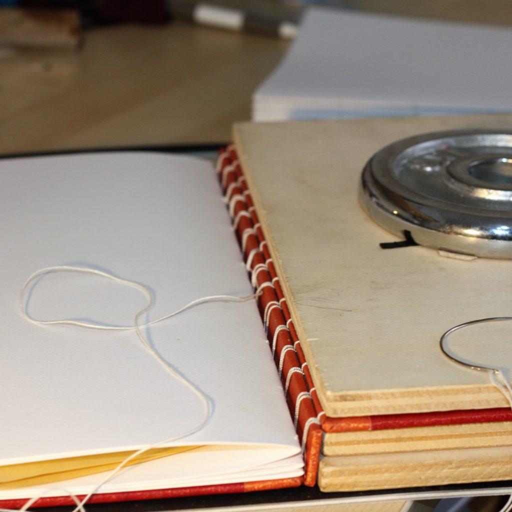 Reliure secrète belge - étapes - couture des cahiers