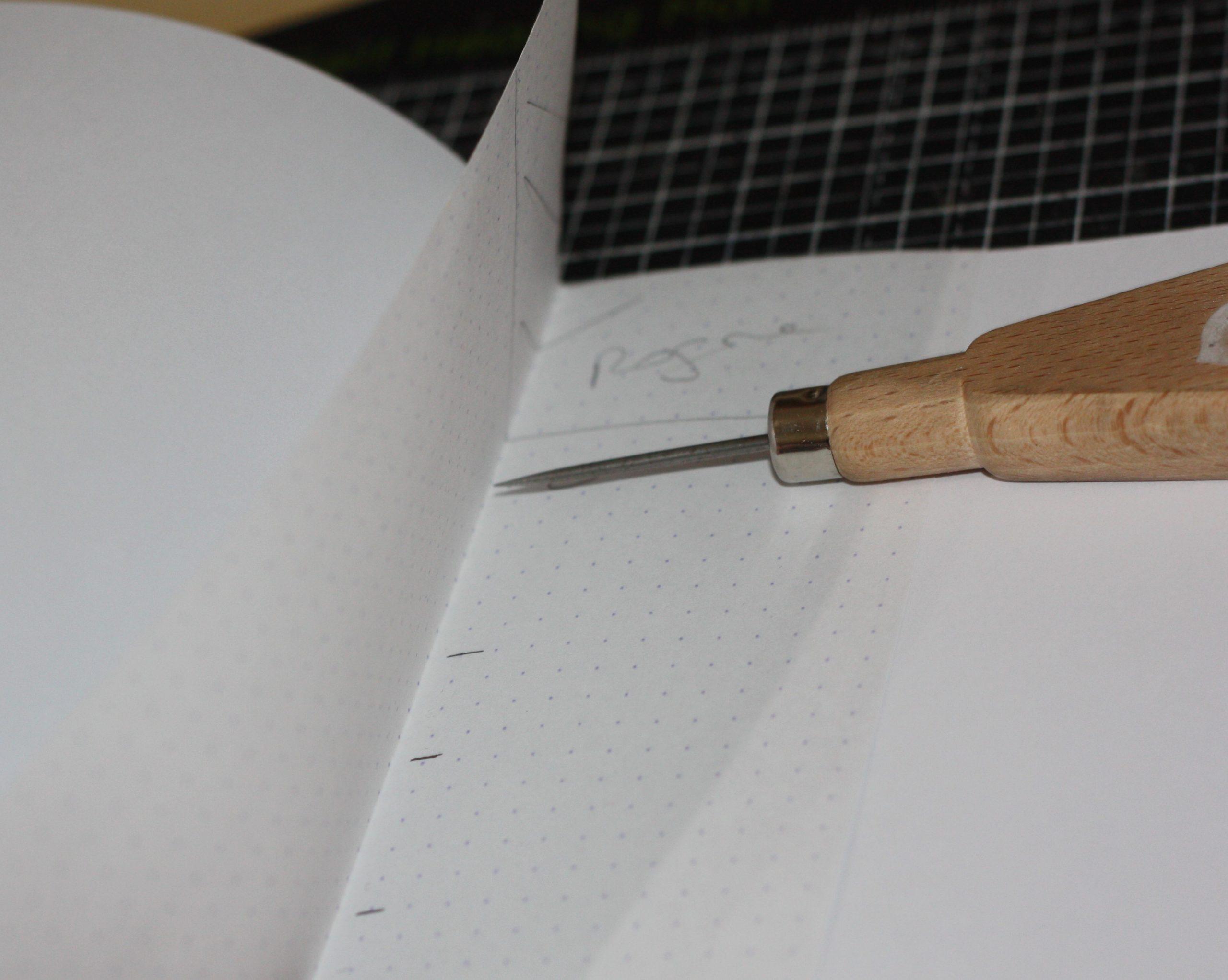 Perçage des trous de couture avec un poincon